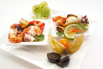 Салат с кальмарами и креветками и яйцом
