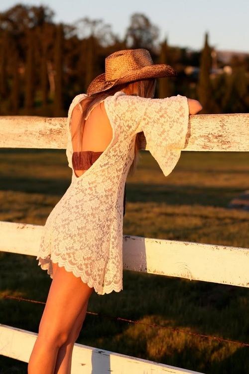 Фото блондинка в красивом платье со спины