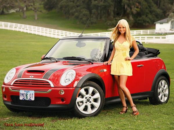 блондинка возле машины фото
