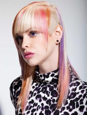 Розовые волосы среди них кристина