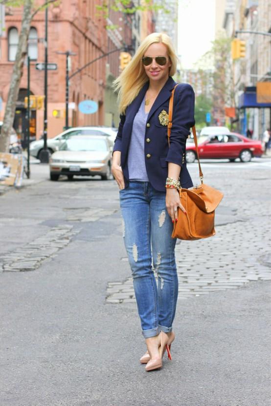 ...фотографий, на которых запечатлены модницы со всего мира, составившие образ с использованием рваных джинсов.