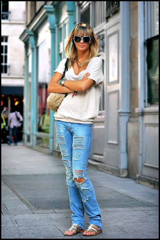 Следует сказать, что, одевая такие джинсы, непременно, сделайте эпиляцию.  Иначе ваши ноги, которые видны в разрезах...