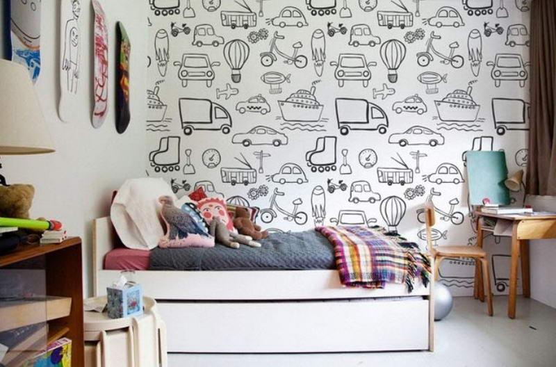 Рисунки на обоях стены в комнате