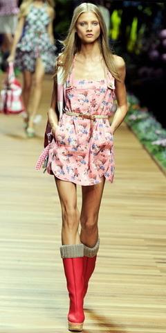 Платье с сапогами